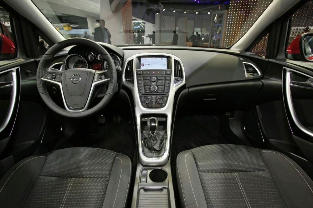 Шпионские фото из салона Opel Astra