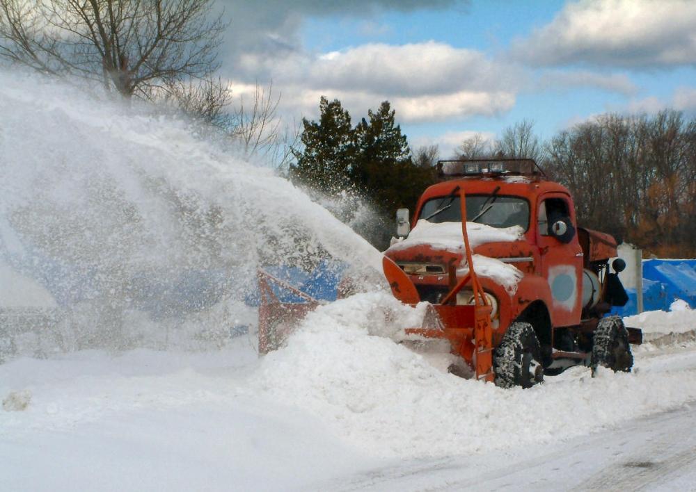 На праздники питерские дороги оказались под снегом