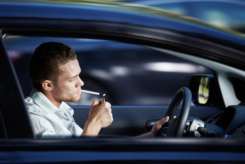 Водителям хотят запретить курение за рулем