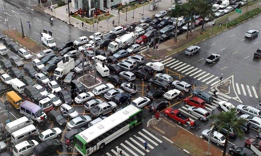 Почему люди создают пробки на перекрестках