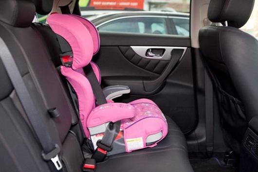 Павел Астахов предлагает лишать водительских прав за оставление детей в салоне